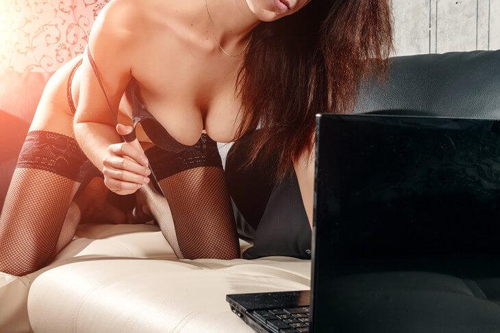 Cam girl en show porno privé